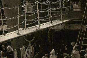 """Alfred Stieglitz. """"Dolny pokład"""", 1907. Sezonowi robotnicy oraz emigranci nie wpuszczeni do Stanów wracają do Europy (Fot. za Wikipedia)"""